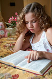 De Lezing van de Bijbel van de bedtijd Stock Afbeeldingen