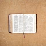 De lezing van de Bijbel van de ochtend Royalty-vrije Stock Afbeeldingen