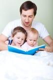 De lezing van de familie stock fotografie