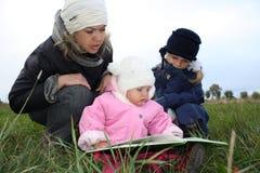De lezing van de familie in de straat stock foto's