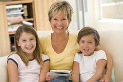 De lezing van de grootmoeder met kleinkinderen Royalty-vrije Stock Foto's