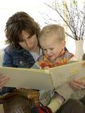 De lezing van de moeder en van de zoon Royalty-vrije Stock Afbeelding