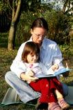De lezing van de moeder en van het kind Stock Fotografie