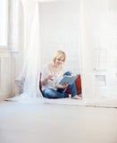 De lezing van de vrouw thuis Royalty-vrije Stock Fotografie