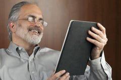 De Lezing van de zakenman van een Tablet Stock Afbeeldingen