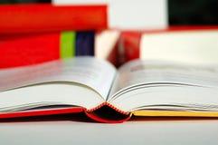 De lezing van het boek Stock Foto's