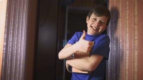 De lezing van het het boekonderwijs van de jongenstiener is muur binnenlevensstijl stock video