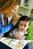De lezing van het mamma en van de dochter Stock Afbeeldingen