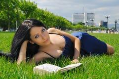 De lezing van het meisje openlucht Stock Afbeeldingen