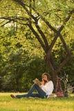De lezing van het meisje in park Stock Afbeeldingen
