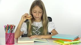 De Lezing van het schoolmeisje, Student die Child Learning, Jong geitje Sandwich, Bureauweergeven eten stock videobeelden