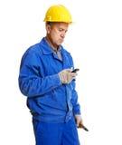 De lezingsbericht van de arbeider in zijn mobiele telefoon Royalty-vrije Stock Fotografie