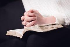 De lezingsbijbel en bidt royalty-vrije stock foto