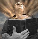 De lezingsbijbel van de mens. royalty-vrije stock afbeeldingen