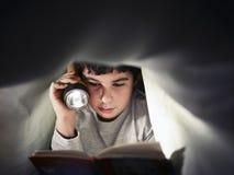 De lezingsboek van de jongen Stock Foto