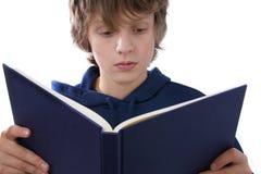 De lezingsboek van de jongen royalty-vrije stock fotografie