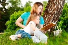 De lezingsboek van de moeder aan haar dochter Stock Afbeeldingen