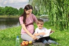 De lezingsboek van de moeder aan haar kind Stock Foto