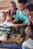 De lezingsboek van de moeder aan kinderen Stock Foto