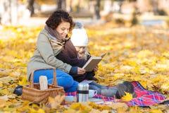 De lezingsboek van de moeder en van de dochter Stock Foto