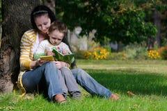 De lezingsboek van de moeder en van de zoon stock afbeelding