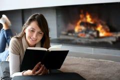 De lezingsboek van de vrouw Stock Foto's