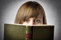 De lezingsboek van de vrouw Stock Afbeelding
