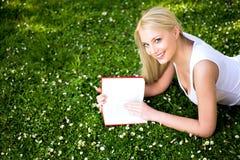 De lezingsboek van de vrouw Royalty-vrije Stock Afbeelding