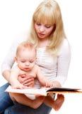 De lezingsboek van het mamma Stock Afbeeldingen