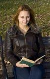 De lezingsboek van het meisje Stock Afbeelding