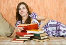 De lezingsboek van het meisje op bank royalty-vrije stock afbeeldingen