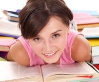 De lezingsboek van het meisje op lijst. royalty-vrije stock fotografie