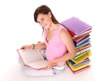 De lezingsboek van het meisje op lijst. stock fotografie