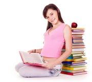 De lezingsboek van het meisje op lijst. stock foto
