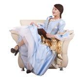 De lezingsboek van het meisje op stoel. royalty-vrije stock fotografie