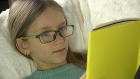 De Lezingsboek van het oogglazenkind op Bank, Meisjesportret die in Bed, Bus 4K bestuderen stock footage