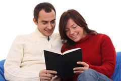 De lezingsboek van het paar stock foto's