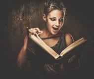 De lezingsboek van het Steampunkmeisje royalty-vrije stock fotografie