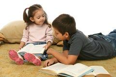 De lezingsboeken van de broer en van de zuster op de vloer royalty-vrije stock foto's