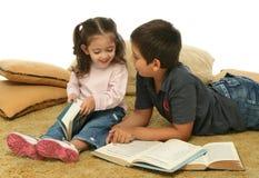 De lezingsboeken van de broer en van de zuster op de vloer royalty-vrije stock afbeeldingen