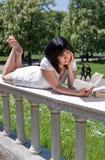 De lezingsboeken van de student in het park Stock Foto's