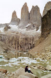 De lezingskaart van de mens in Torres del Paine Stock Afbeeldingen