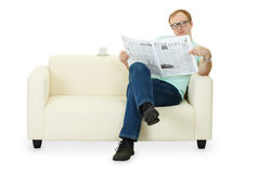 De lezingskrant van de mens thuis op bank Royalty-vrije Stock Foto