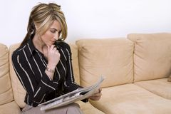 De lezingskrant van de vrouw Royalty-vrije Stock Afbeeldingen
