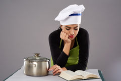 De lezingsrecept van de vrouwenchef-kok Stock Afbeeldingen
