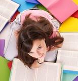 De lezingsstapel gekleurd boek van het meisje. stock afbeelding