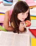 De lezingsstapel gekleurd boek van het meisje. royalty-vrije stock foto's