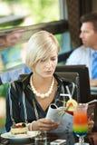 De lezingstijdschrift van de vrouw in koffie stock fotografie