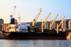 De Liberiaanse bulk-carrier Miltiades II legt bij de haven van Rijeka vast stock afbeeldingen