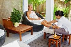 De Lichaamsverzorging van de kuuroordvrouw De Massage van het Aromatherapybeen Skincarebehandeling royalty-vrije stock afbeelding